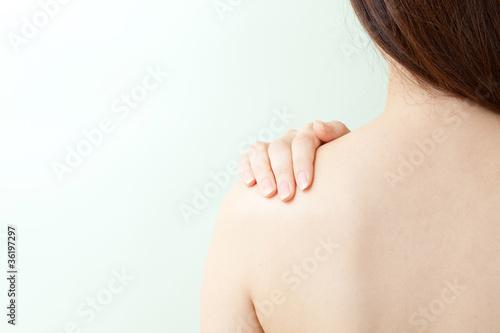 肩を揉む女性