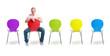 Bunte Stuhlreihe mit Frau