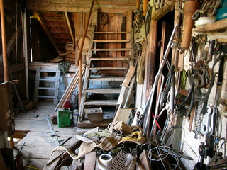 Unordentliche alte Werkstatt auf dem Dachboden einer Scheune