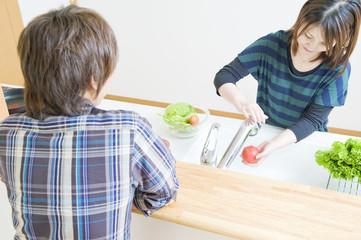 キッチンのカウンターで向かい合う男女