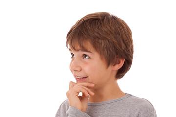 Freundlicher Junge blickt optimistisch nach oben