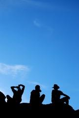 silhouette contro il cielo azzurro
