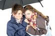 Zwei Frauen unter einem Regenschirm