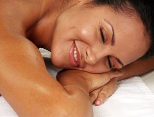 Mujer latina en un spa.