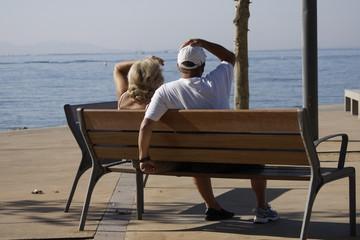 """couple """"unijambiste"""" sur un banc"""