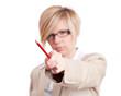 Frau zeigt mit Rotstift