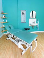 Behandlungsliege in einer Arztpraxis