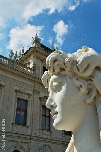 Estatua neoclásica frente al Belvedere Alto en Viena