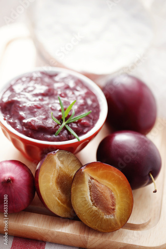 chutney plum with cheese