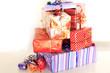 Junge beim Geschenke einpacken