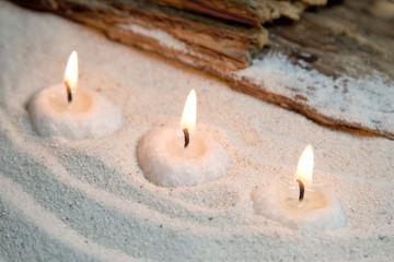 Relaxen am Strand bei Kerzenschein