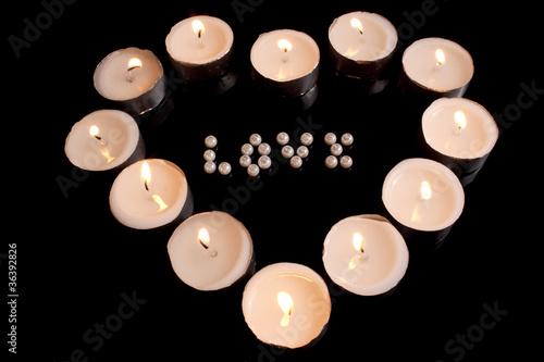 Serce z zapalonych świeczek