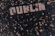 Luftansicht einer Stadt in 3D mit Schriftzug Dublin