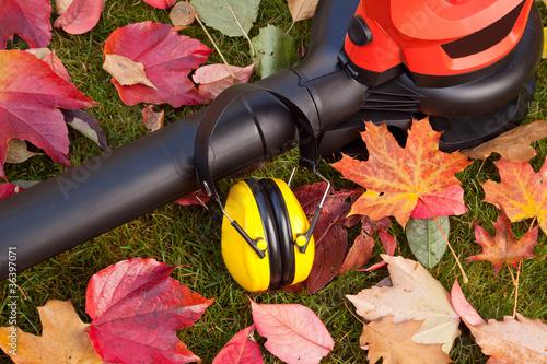 Fotobehang Tuin Laubbläser - Laubsauger mit Gehörschutz - Arbeitsschutz