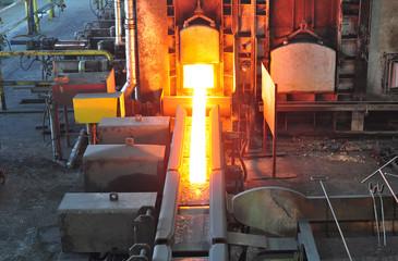 Glühender Träger im Stahlwerk // steelworks