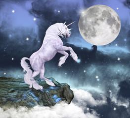 Unicorno in uno scenario incantato