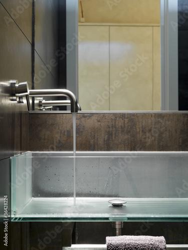 dettaglio di moderno lavabo di vetro in bagno moderno
