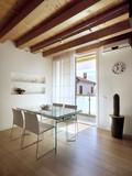 sala da pranzo moderna con vista sul balcone
