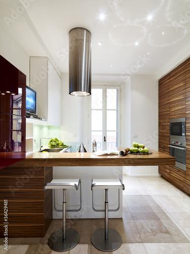 Cucina moderna in legno con penisola immagini e for Cucina moderna abbonamento