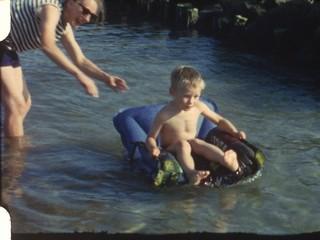 Junge auf Luftmatratze (8 mm-Film)