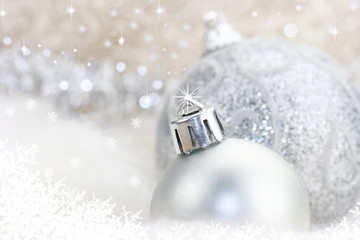 silberne Christbaumkugeln im Schnee