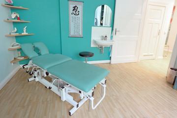 Massageliege in Arztpraxis