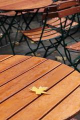 Ahornblatt auf Holztisch
