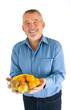 Mann mit Obst