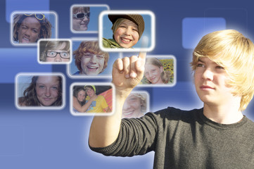 Jugendlicher in sozialem Netzwerk