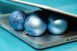 Notebook und Weihnachtskugeln