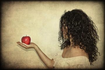 Donna che tiene una mela rossa