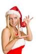 blonde Frau hält Weihnachtsbaumkugel