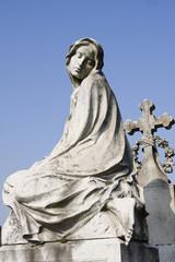 statua della madonna al cimitero monumentale di milano