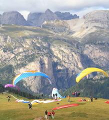 Paracaduti al passo Sella,panorama Dolomitico