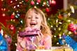 Weihnachten - kleines Mädchen mit Weihnachtsgeschenk