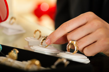 Paar sucht einen Ring beim Juwelier aus