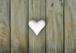 Weißes Herz auf Holzbrettern