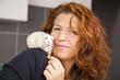 lächelnde Tierarzthelferin mit Ratte auf Schulter