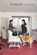 Tierärztin begrüsst Hundebesitzerin in Behandlungszimmer