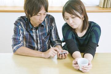 スマートフォンを使うカップル