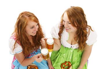 zwei rothaarige frauen in dirndl mit bier
