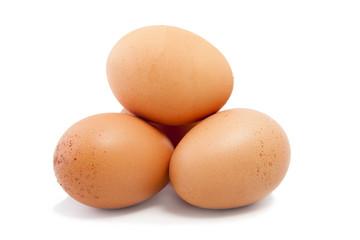 huevos frescos aislados en fondo blanco