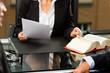 Anwältin oder Notarin in ihrem Büro