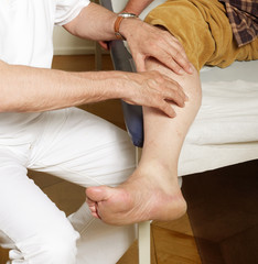 Untersuchung an der Wade bei Schmerzempfindung
