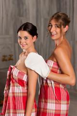 Wellness - Zwei Freundinnen bei der Massage mit Reinigung