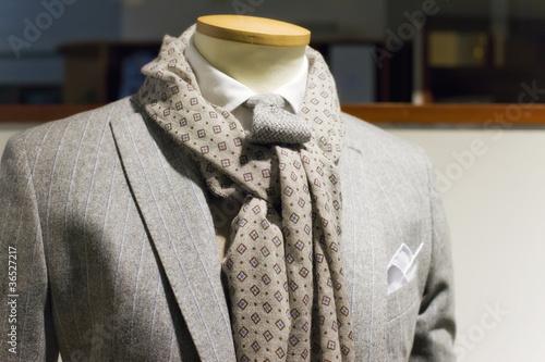 Abito grigio con foulard