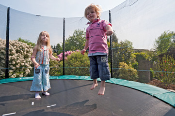 Mädchen und Junge auf dem Trampolin