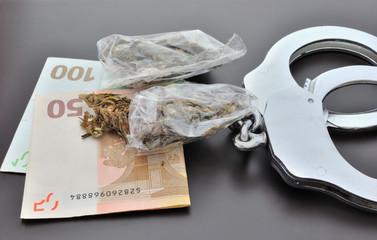 Dosi di marijuana con denaro e manette