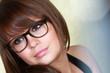Jeune fille pensive portant des lunettes