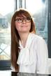 Jeune femme souriante portant des lunettes